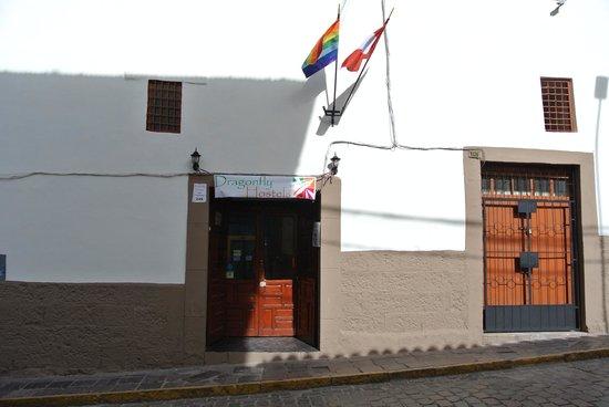 Dragonfly Hostels Cusco: Façade en attente de son enseigne définitive
