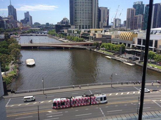 Crowne Plaza Melbourne: TRAM OUTSIDE HOTEL
