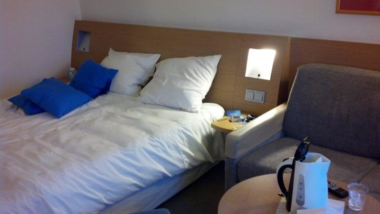 Novotel Amsterdam City: queen bed and sofabed right next to it