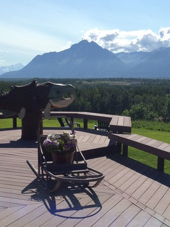 Pioneer Ridge Bed and Breakfast Inn: Fun on the deck