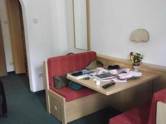 Hotel Wiesenhof: tavolo con due panche da appoggio in camera e sotto le panche cassetti estraibili