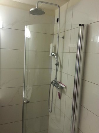Hotel Borgarnes: bathroom: the shower is only separated by a glass door