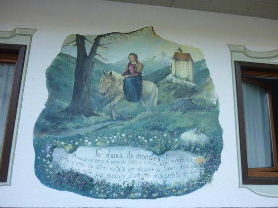 Hotel Garni Ladinia : pittura murale sulla facciata