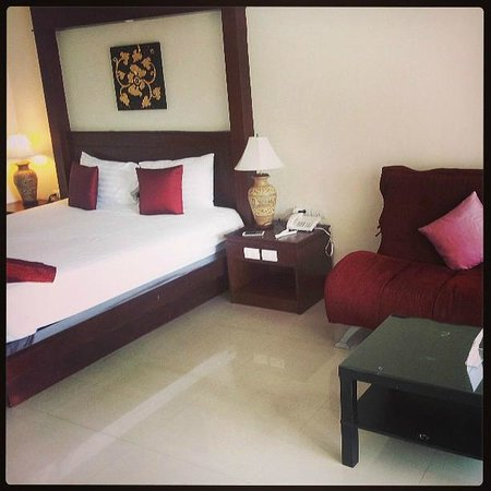 Baan Yuree Resort  and  Spa: The King bed & Day Bed (on the right)