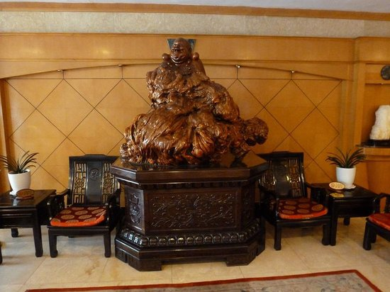 Guilin Park Hotel: Buddha in Foyer