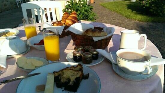 Hotel de la Verniaz et ses Chalets: breakfast at the hotel