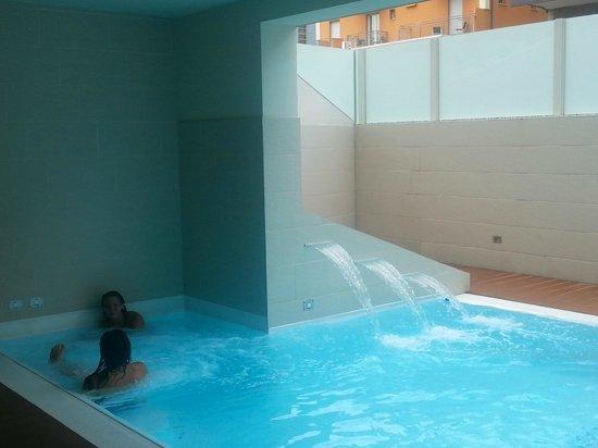 La piscina con idromassaggio foto di l 39 hotel rimini rimini tripadvisor - Hotel con piscina a rimini ...