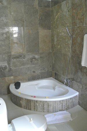 Kelapa Lovina Beach Villas Bar & Resto: Bath