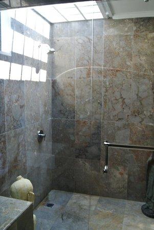 Kelapa Lovina Beach Villas Bar & Resto: Shower was huge