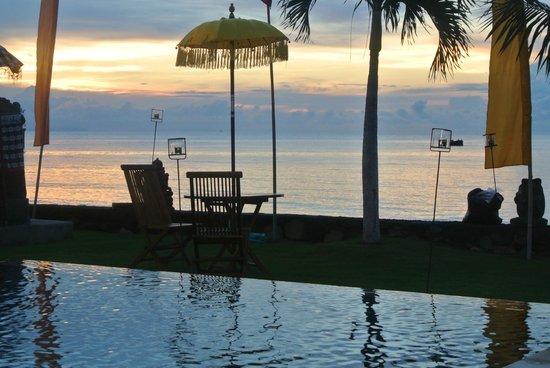 Kelapa Lovina Beach Villas Bar & Resto: Dusk - Beautiful