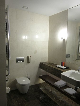 Metropol Palace, A Luxury Collection Hotel : Marble Bathroom