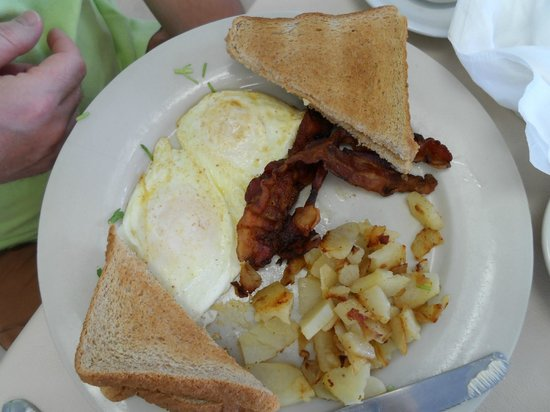 Pavilion Motor Lodge: braeakfast at Fresco, just near the hotel