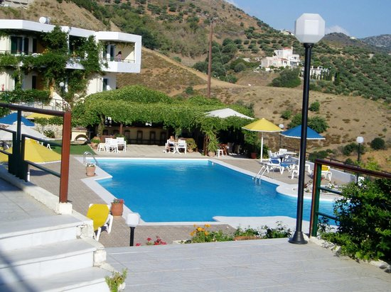 Pela Mare Hotel: Pool and Bar from reception