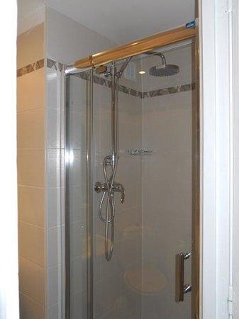 Hotel d'Argenson: modern shower