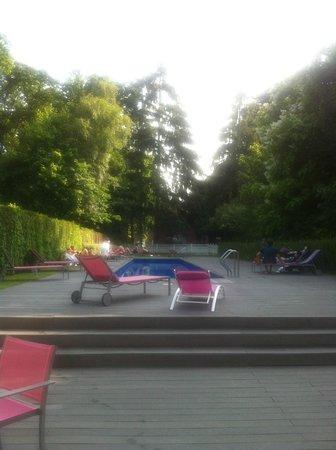 Hotel Les Pleiades: Piscine extérieure à 18h00