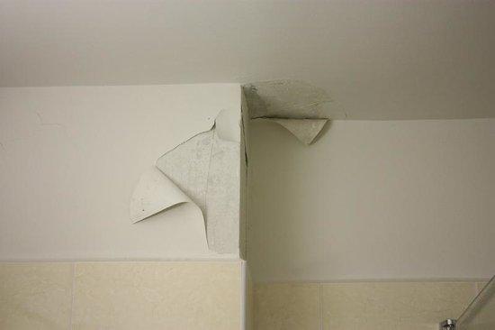 Grand Hotel de la Reine Amelie: papier-peint salle de bain