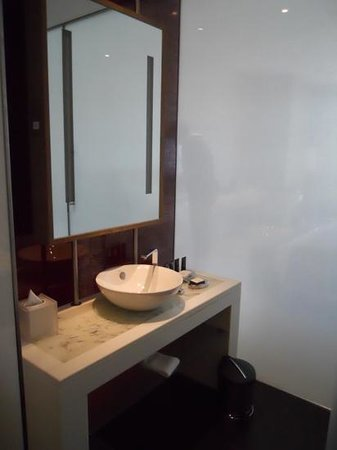 Yas Viceroy Abu Dhabi: Bathroom