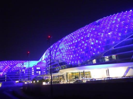 Yas Viceroy Abu Dhabi: hotel at night