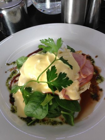 Cafe By The Beach: Eggs Benedict - perfect!