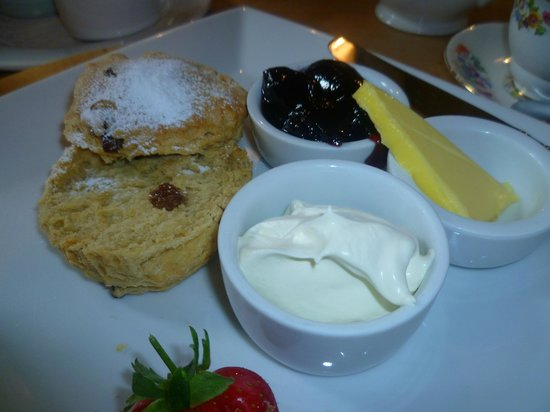 Amelie's Cafe Restaurant: scone with jam and cream