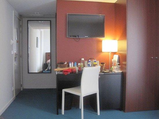 Hotel Torre Mar : Gästezimmer / Schreibtisch