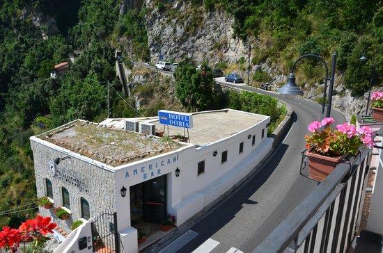 Hotel Doria: Blick vom Balkon auf Bar vor Hotel