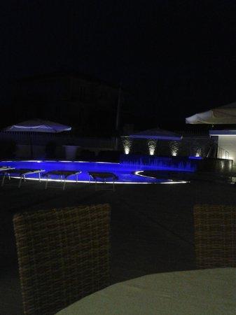 Hotel Le Rocce: La piscina di notte