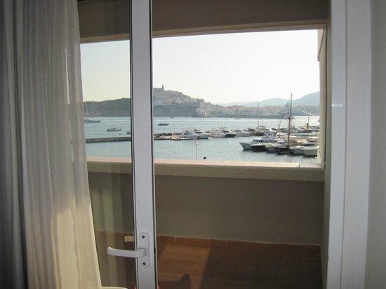 Ibiza Corso Hotel & Spa: Vista inmejorable, eso si. Con dos sillas de plástico en la terraza.