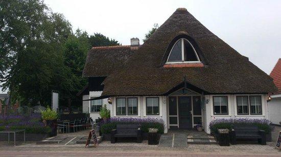 Hotel Restaurant Het Rietendak: A nice building