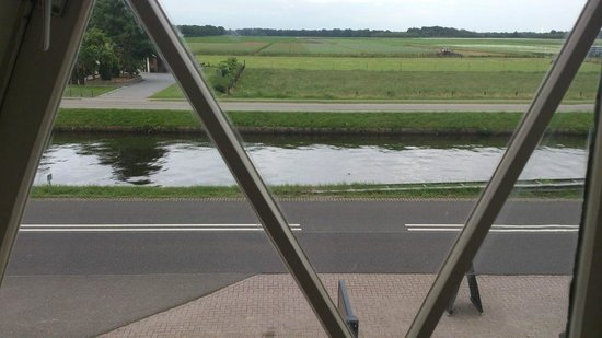 Hotel Restaurant Het Rietendak: The view from the room on the main road and canal.