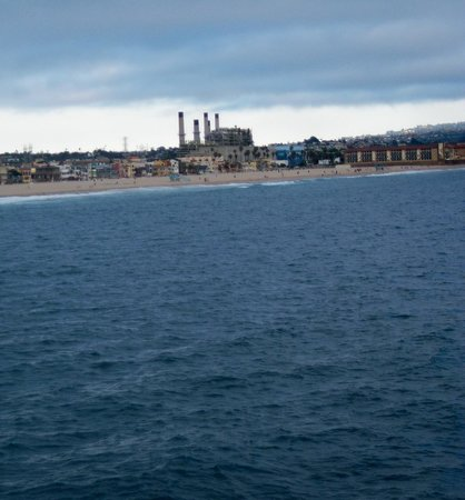 Beach House Hotel Hermosa Beach: oil at both ends of the beach was not a good thing for any beach : (