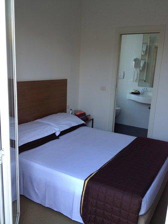 Hotel Trieste: letto e bagno