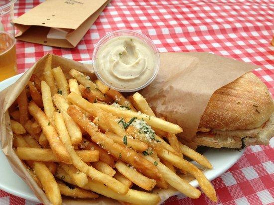 Un Mercato : Porchetta sandwich with fries