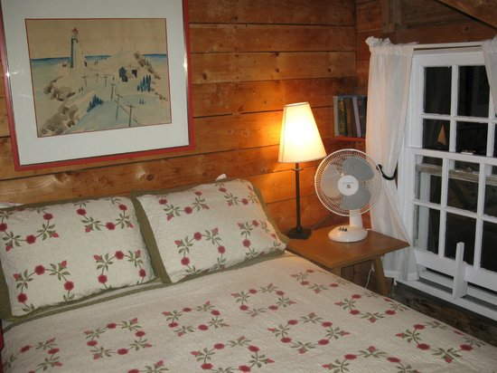 Inn at Whale Cove Cottages: one of the 2 bedrooms...Note the books that are there for your reading!