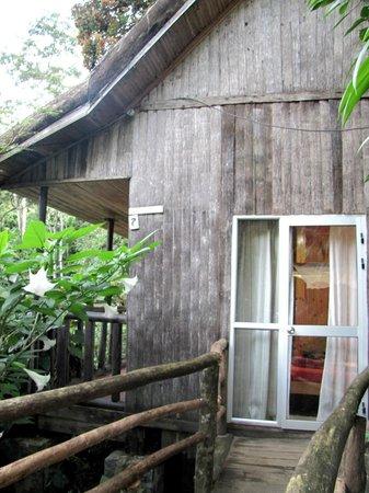 Eingangsbereich der Hütte Nr. / am Tag - wacklige Schiebetür