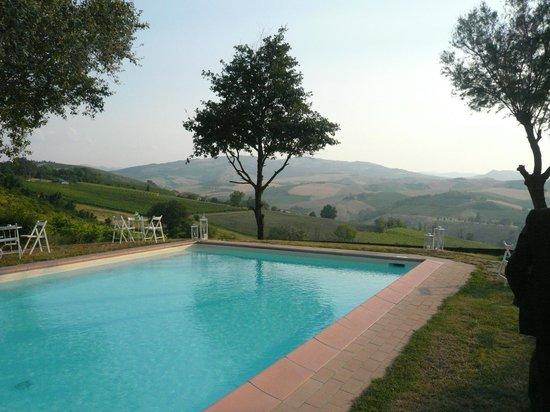 Locanda della Fortuna: La piscina con la vista sulla valle