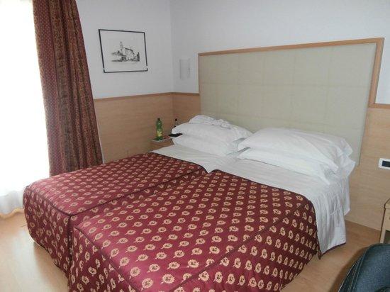 Club Hotel La Vela: Twin room.