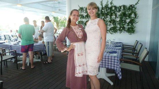 Mediterranean Beach Hotel: Официанты в национальных костюмах