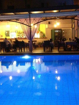 Hotel Jechrina: Vy från Jechrinas poolområde på kvällen.