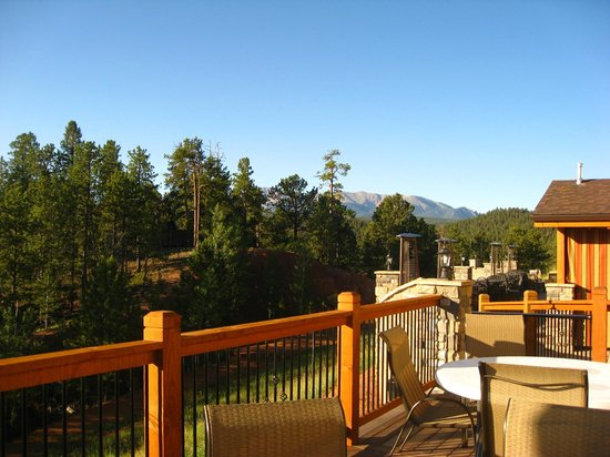 Woodland Park Country Lodge: back patio and view of mountains