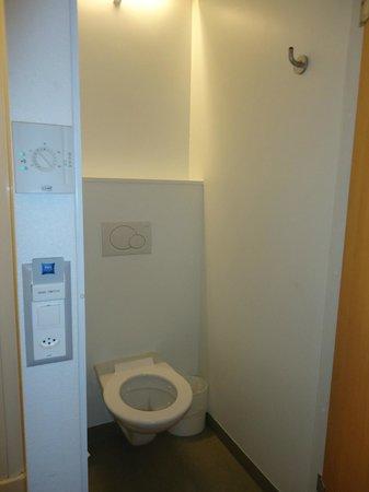 ibis budget Lausanne Bussigny: Toilettes séparées