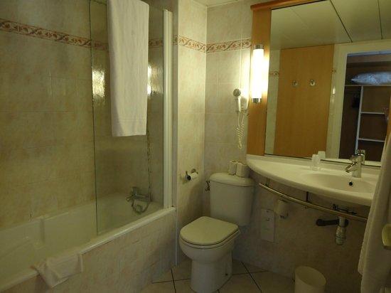 Ibis Annemasse: Salle de bains avec baignoire