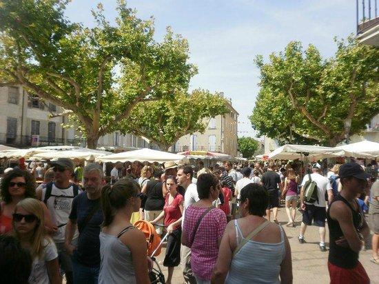 Lagrange Confort+ Le Domaine de l'Oliveraie : marché du village