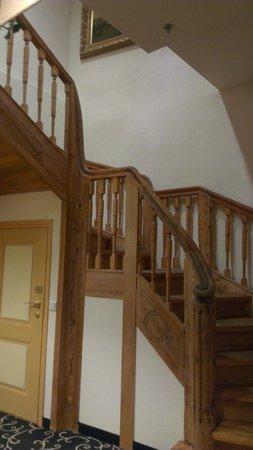 Meriton Old Town Garden Hotel: Лестницы в гостиннеце