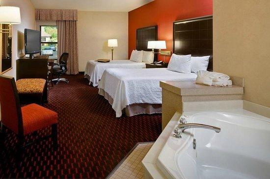 Hampton Inn Mt. Pleasant: Two Double Bedroom with Whirlpool