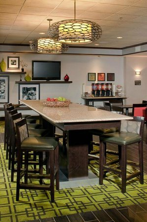Hampton Inn Mt. Pleasant: Community Table
