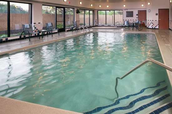 Hampton Inn Mt. Pleasant: Indoor Pool and Whirlpool with outdoor patio