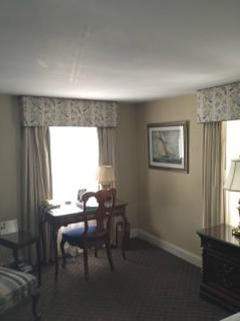 The Lambertville House Hotel : Clean, sunny room