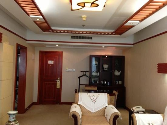 Huanghai Hotel: Suite outer room