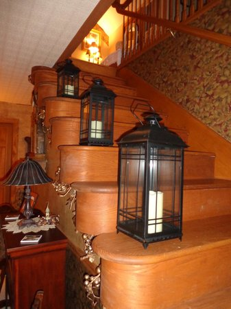 Country Schemes Bed and Breakfast: Stairway leading to upstairs bedrooms